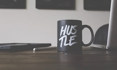 Coffee mug with the text Hustle
